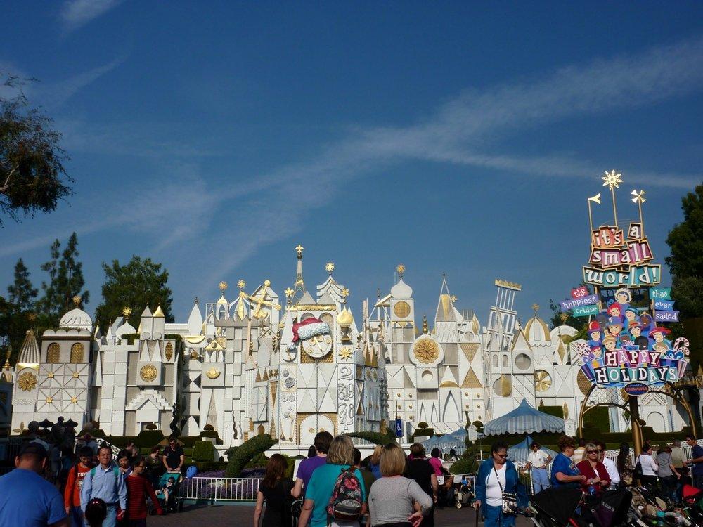"""""""It's a small world"""" kuvattuna joulukoristeissa edellisellä visiitillämme"""