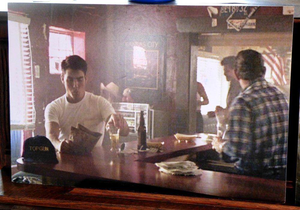 Tomppa baarissa ja oikealla baari nykyään.