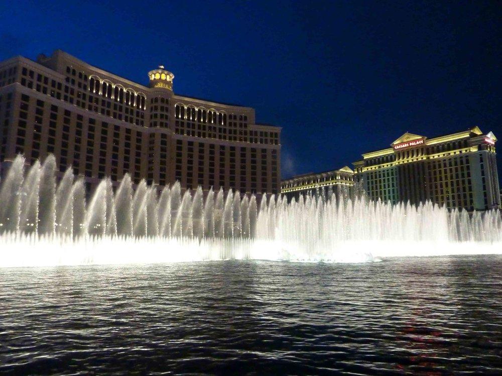 Bellagio hotellin kuuluisa suihkulähde vetää joka päivä turistit pysähtymään sen edustalle tiettyihin kellonaikoihin.