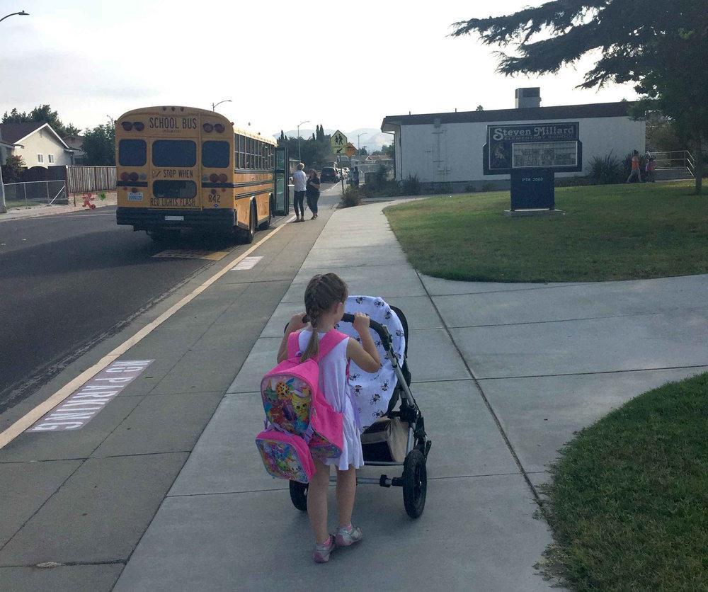 Kouluun on menty joko kävellen tai potkulaudalle... vauva menossa mukana.