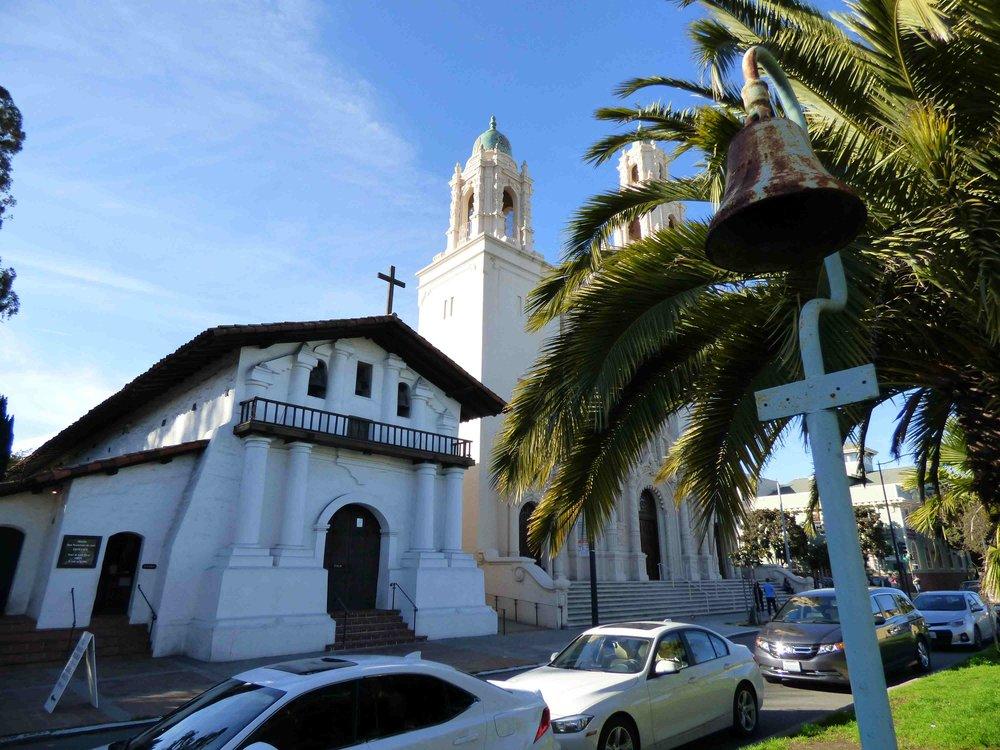 Mission rakennus on siis tuo pienempi ison kirkon vieressä, ja se on San Franciscon vanhin rakennus. Edessä on El Camino Real -tien kello. Missionit ovat kaikki olleet El Camino Realin varrella.