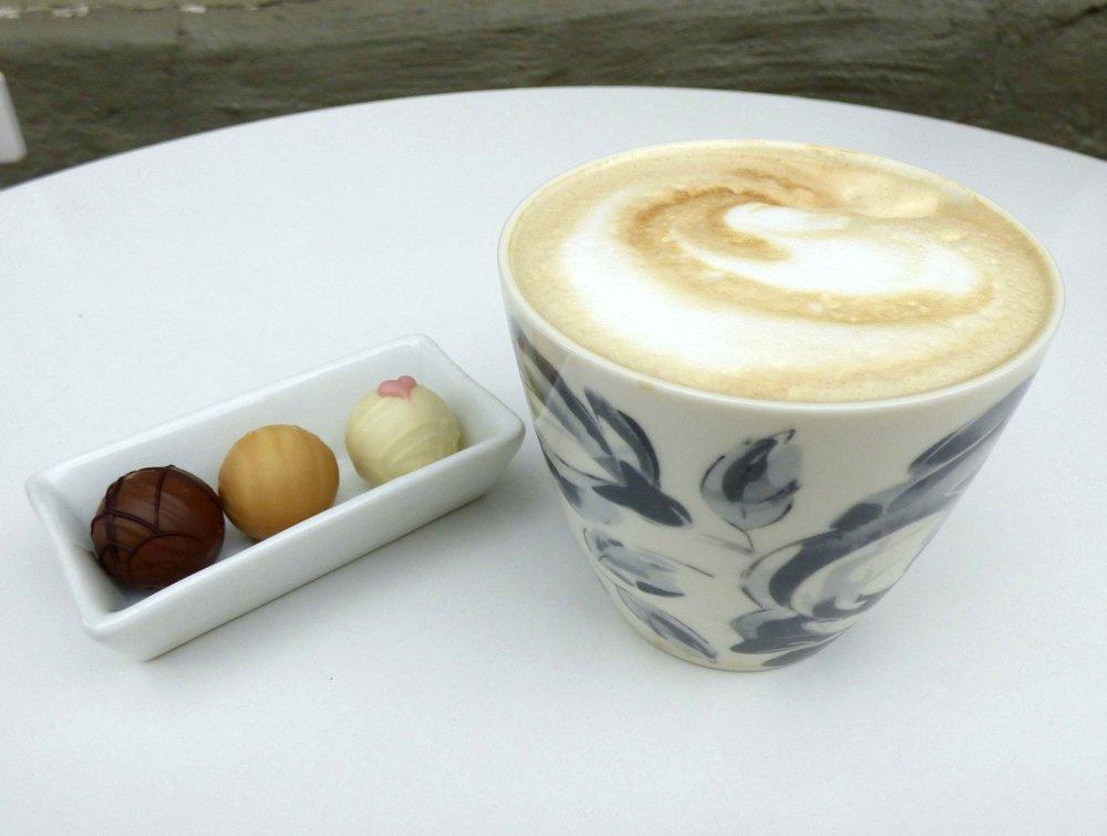 Cafe Lattea ja käsintehtyjä suklaita