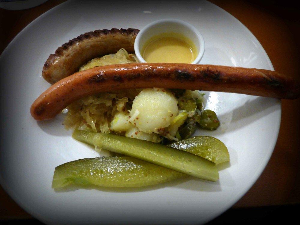 Panimoravintola Koulu tarjoaa Food Walk korttilaisille talon makkaralautasen lisukkeineen