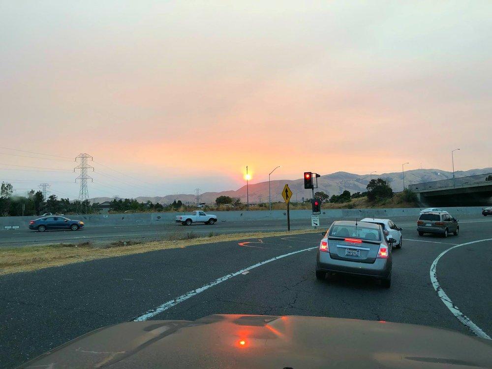 Piilaakson iltaruuhkassa on päässyt ihailemaan auringonlaskuja savuverhon takaa