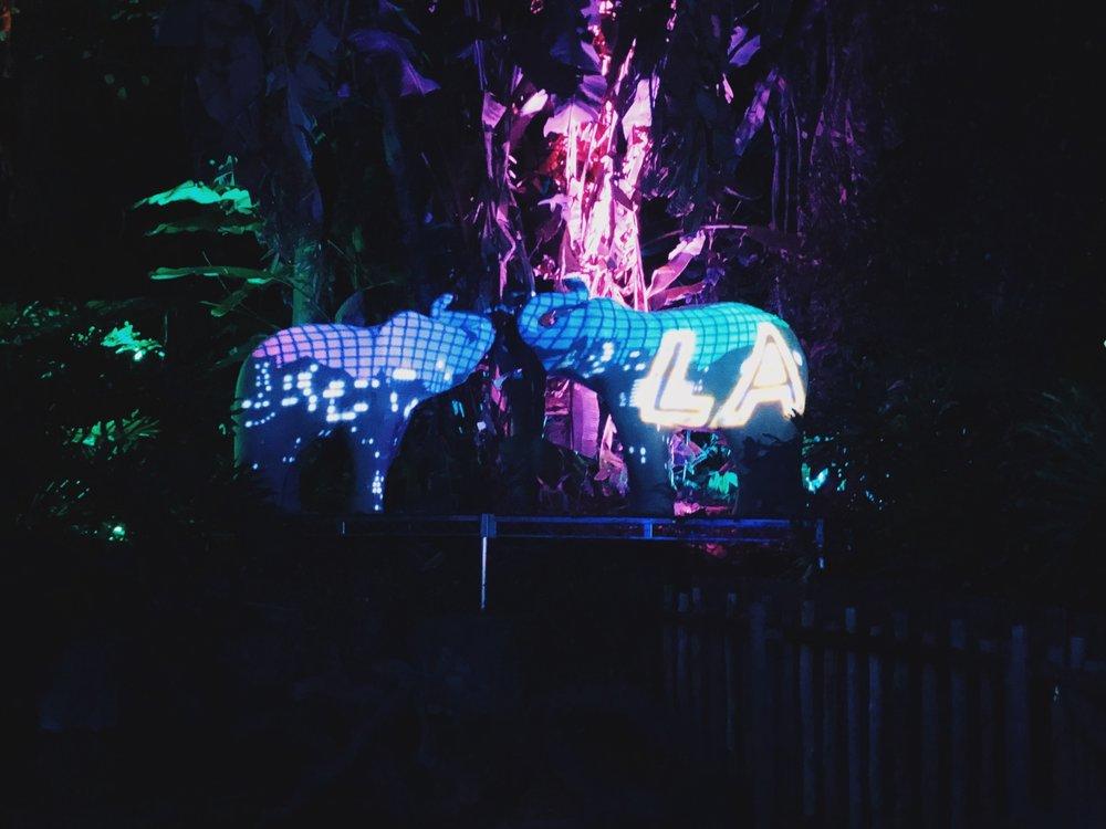 Valoshow elefanttipatsaiden selässä