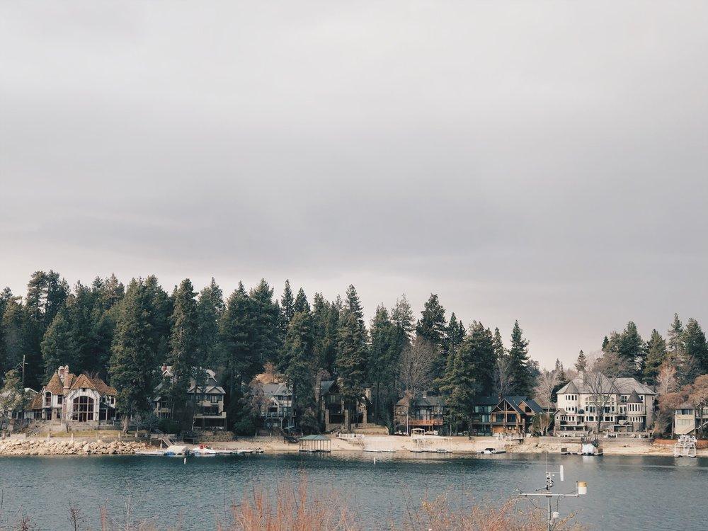 Taloja ja loma-asuntoja järven rannalla.