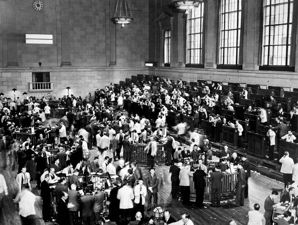 Hysteric traders on the trading floor of Wall Street