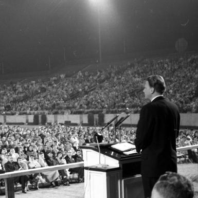 Evangelist_Billy_Graham_speaking_at_Doak_Campbell_Stadium_in_Tallahassee,_Florida_(11928157394).jpg