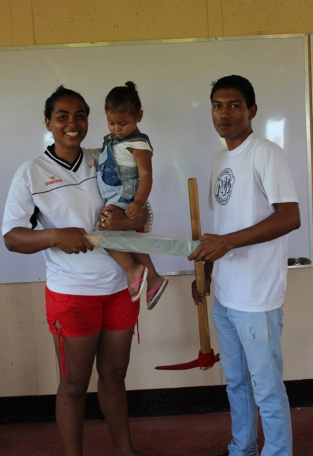 Allan, Monty´s project leader handing out tools to the families of Villa Esperanza.