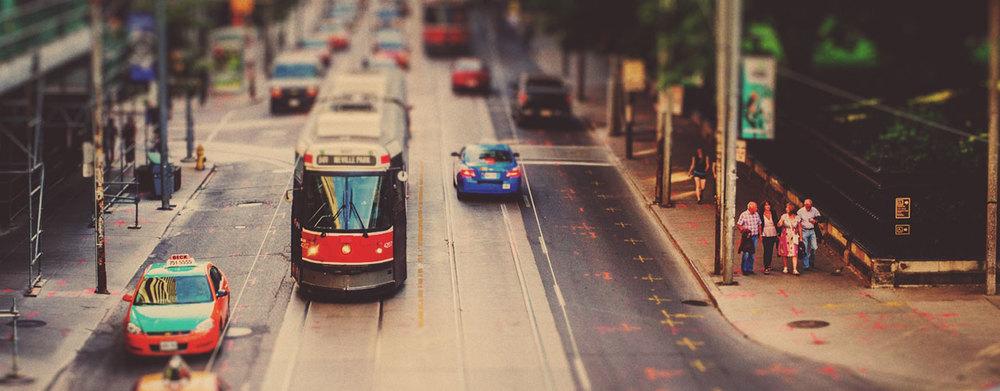 MOVE THE GTHA Move the GTHA, un groupe créé en 2012, réunit des organisations qui travaillent à renforcer la sensibilisation et la participation en soutien à l'investissement dans un meilleur système de transport pour la région du Grand Toronto et de Hamilton. Le groupe prône le financement dédié à long terme d'un système de transport régional efficace, accessible, abordable et entièrement intégré, gouverné par des mécanismes régionaux responsables et efficaces. De plus, il a mis sur pied un ensemble d'activités qui se servaient des ressources et des forces des membres pour créer une campagne coordonnée de mobilisation publique et de renforcement de la volonté politique afin de faire de l'investissement dans le transport l'un des grands thèmes de l'élection provinciale de 2014 en Ontario. Le budget subséquent consacrait 15 milliards de dollars additionnels au transport régional. Crédit photo:AshtonPal, Flickr