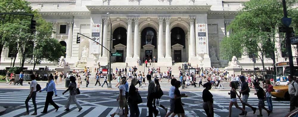 """RE-IMAGINING THE CIVIC COMMONS Lors d'un regroupement mondial au Civic Hall de Manhattan, la Municipal Art Society (MAS) de New York a publié Re-Imagining the Civic Commons, première analyse du genre sur l'état des """"civic commons"""", soit la myriade d'actifs communs comme les parcs, les bibliothèques, les bureaux de poste, les piscines publiques et les églises, qui constituaient l'épine dorsale de la vie urbaine. L'analyse a été produite avec l'aide de la John S. and James L.Knight Foundation de Miami. Mary Rowe, vice-présidente chargée de la stratégie pour la MAS, a déclaré: «Ici, à New York, le rôle essentiel de ces espaces de rassemblement a été clairement défini au lendemain de l'ouragan Sandy, alors que des bibliothèques et des cafés Starbucks se sont transformés, du jour au lendemain, en centres de secours. Cependant, les voisins savent que ces actifs civiques aident, tous les jours et de manière discrète, à renforcer nos communautés. Lorsque nous fermons nos bibliothèques et transformons nos églises en condominiums, que reste-t-il de la rencontre communautaire créative qui attire les rêveurs et les investisseurs dans nos villes en premier lieu?» Le rapport a été communiqué à un groupe de leaders urbains de Montréal, de Toronto, de Chicago, de Boston, de Philadelphie et de New York, dans le cadre d'une discussion mondiale intitulée Building a Sustainable Civic Commons. Pendant cette activité de deux jours, les participants ont exploré le rôle joué par les communes civiques dans l'habitabilité urbaine et la compétitivité économique, en plus de discuter des stratégies en matière d'investissement et de programmation visant à les renforcer. L'activité a été organisée par la MAS en partenariat avec la Evergreen CityWorks, le programme Des villes pour tous, le Community Design Resource Center, la Boston Society of Architects, la Chicago Architecture Foundation et la Fairmount Park Conservancy, ainsi qu'avec le soutien de la Banque TD, de la Maytree Foundation, d'Ideas"""