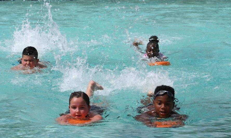 Clases de natación - Las razones por las que debes aprender a nadar son muchas y variadas.La natación no es solo un deporte, pero lo que es más importante, saber nadar puede salvar su vida.Flying Fish Swimming ofrece un ambiente seguro, divertido y cómodo para aprender a nadar.Para niños y adultos (a partir de los tres (3) años y más)aprende más➝