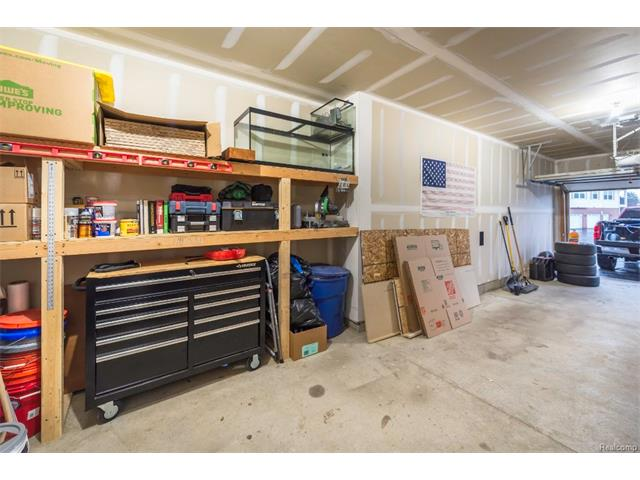 3253 Kneeland Circle, Howell Twp 48843 - Garage