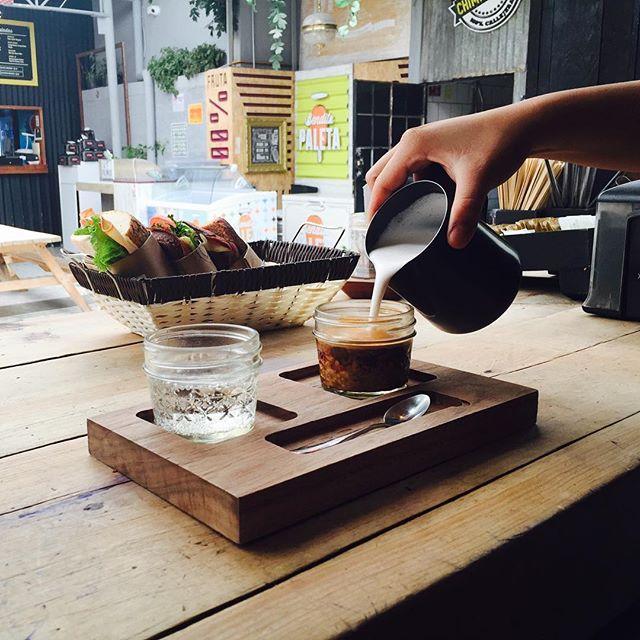 Qué fácil arrancan los miércoles con un doble cortado. #coffee #coffeetime #coffeeshop #coffeeshot #craftcoffee #butfirstcoffee #sociality #soydelajuarez #cmc #lucernacomedor #latte #latteart #mexicocity #coffeeroasters #compañiamexicanadecafe