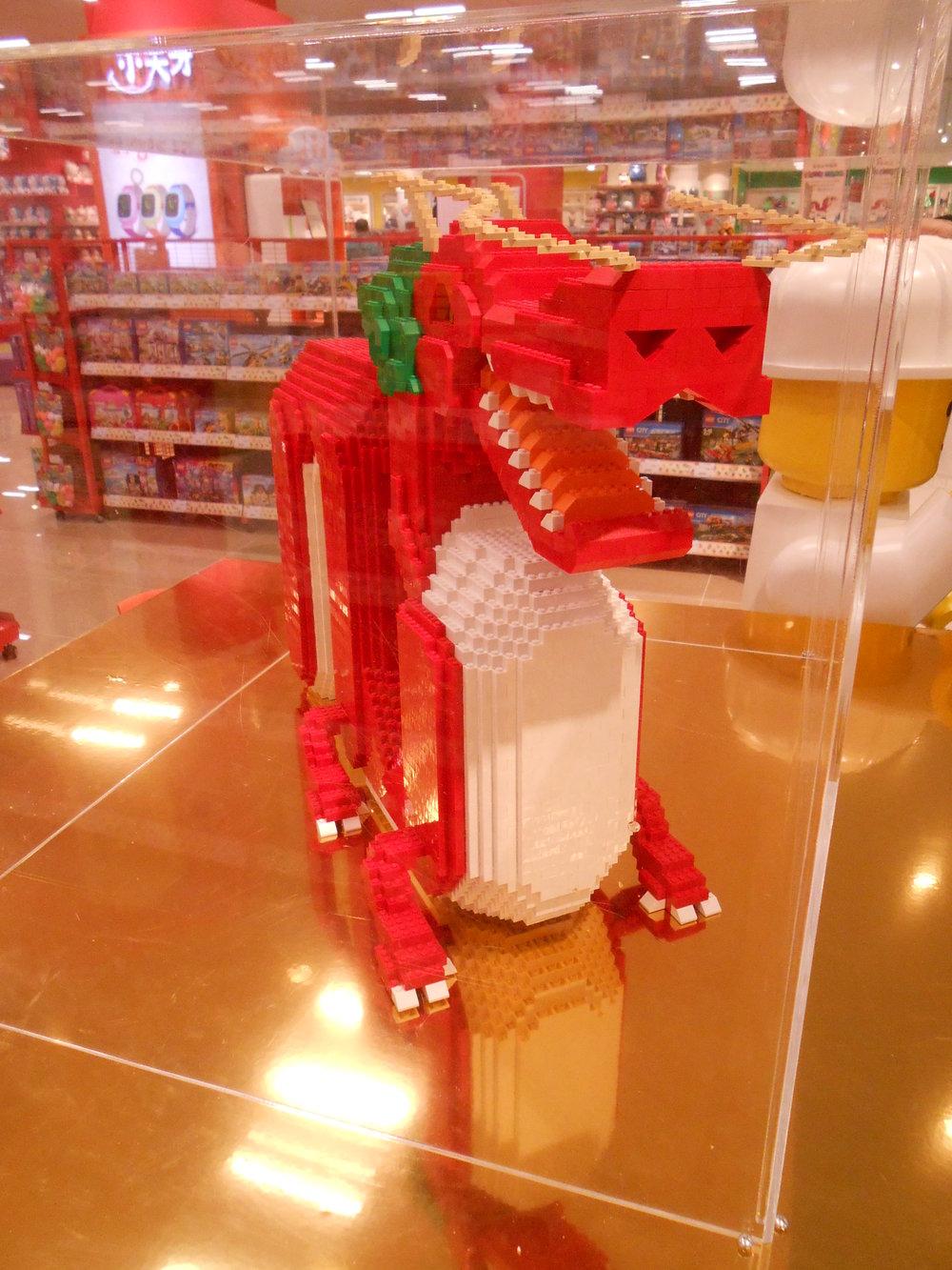赤色の体に金色の台座をあしらい中国で「めでたい」とされる色合わせを狙った