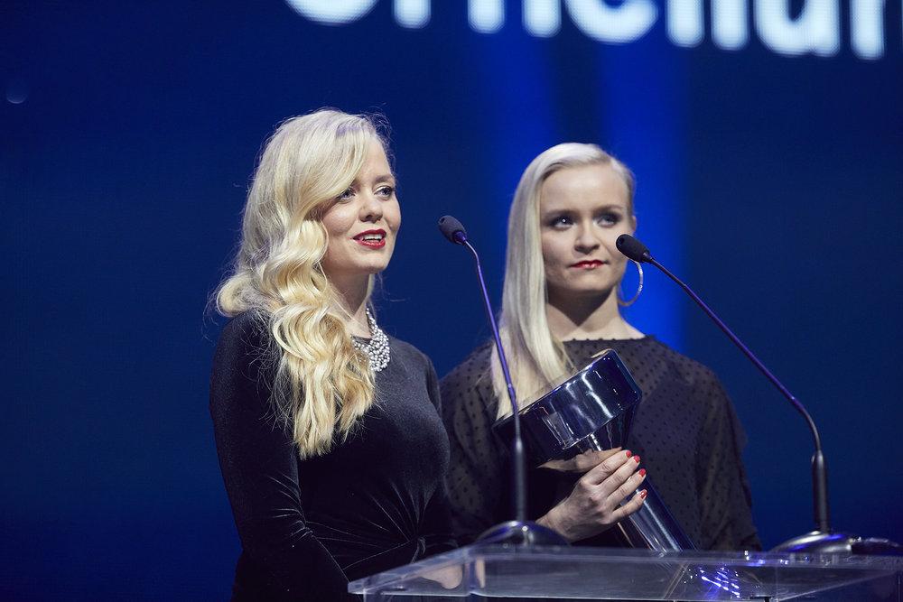 Annastiina Hintsa and Noora Hintsa accepted the award (Urheilugaala: Pasi Salminen)