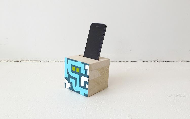 Separate wooden block with cell phone in slot - Mr. Upside Gallery Voorburg - Photo 1 - Artwork Dutch contemporary artist Mr. Upside Michiel Nagtegaal painting KPN Teamdag 2016 give-away gift kunst cadeau in Mr. Upside Studio