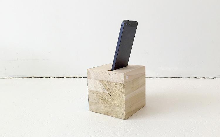 Separate wooden block with cell phone in slot - Mr. Upside Gallery Voorburg - Photo 2 - Artwork Dutch contemporary artist Mr. Upside Michiel Nagtegaal painting KPN Teamdag 2016 give-away gift kunst cadeau in Mr. Upside Studio