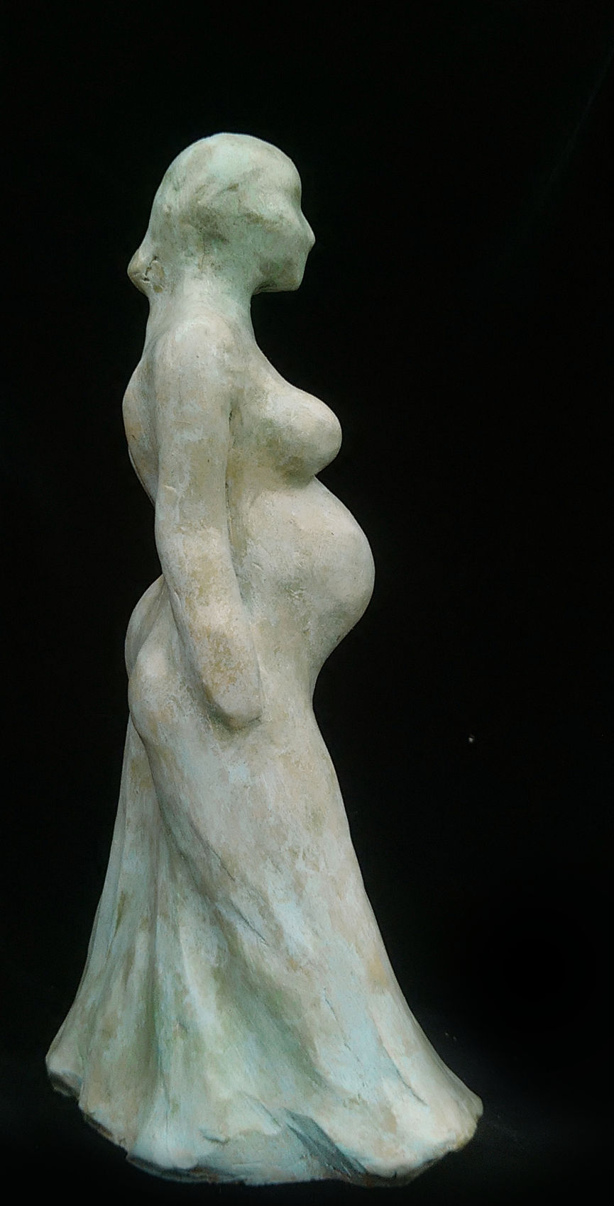 Femme enceinte marchant