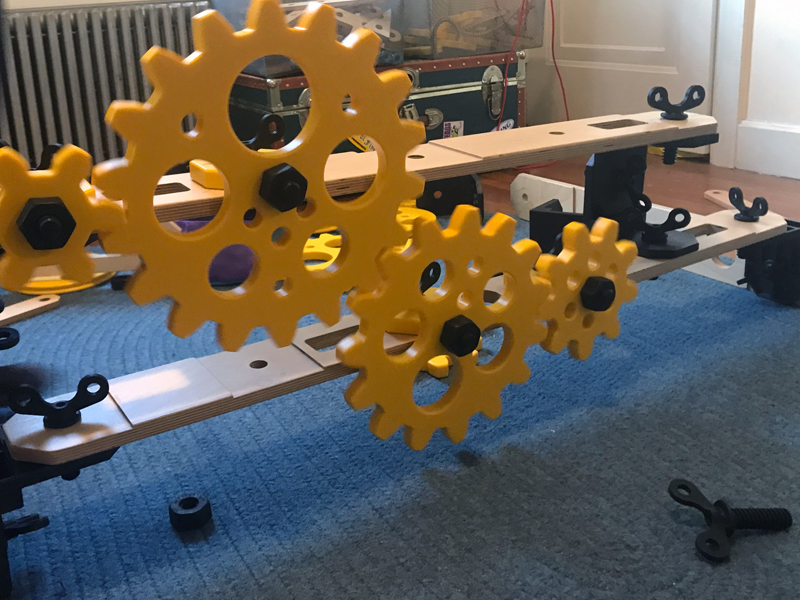 Gears moving freely on a simple plane