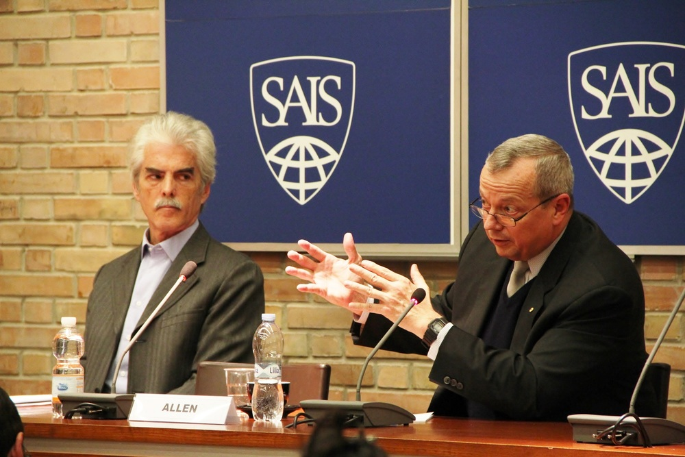 General John Rutherford Allen, right, discusses the evolution of terrorist group ISIL at SAIS Europe, Bologna, Italy, November 26, 2015.