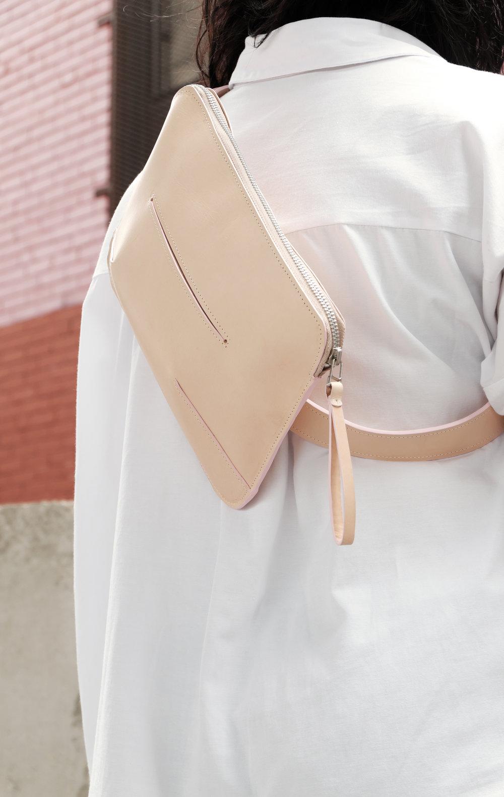 Hermann - Leather messenger bag in nude