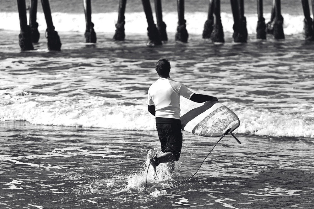eric.b&w.walkingtosurf.6x4.jpg