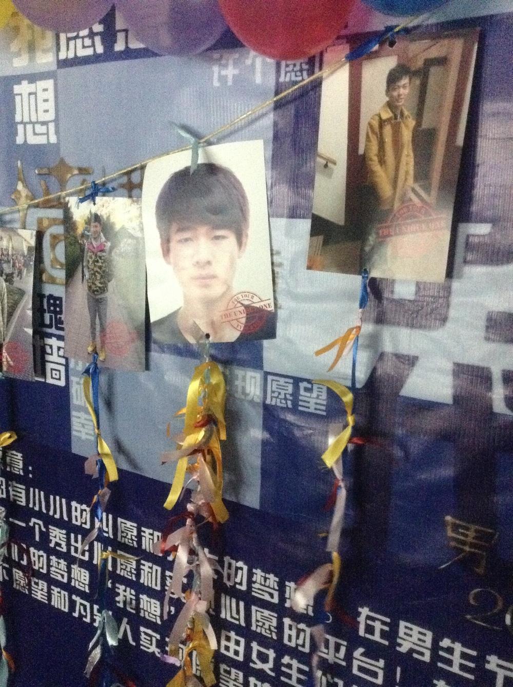 Muro en UIBE: El soltero que tenga más lazos amarrados en su foto es denominado el más apetecido.