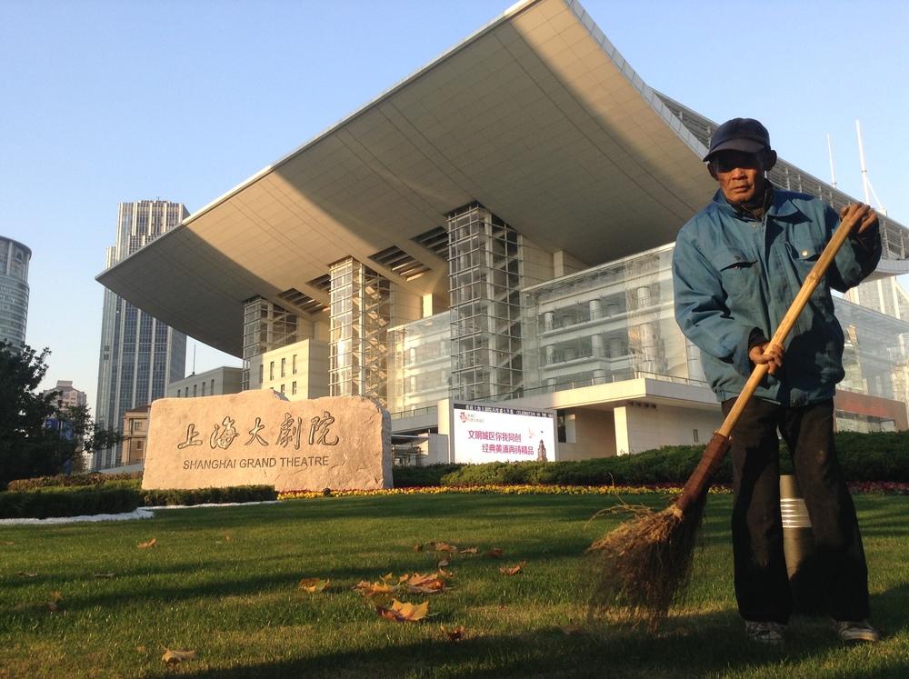 El señor que barre el Gran teatro de Shangai