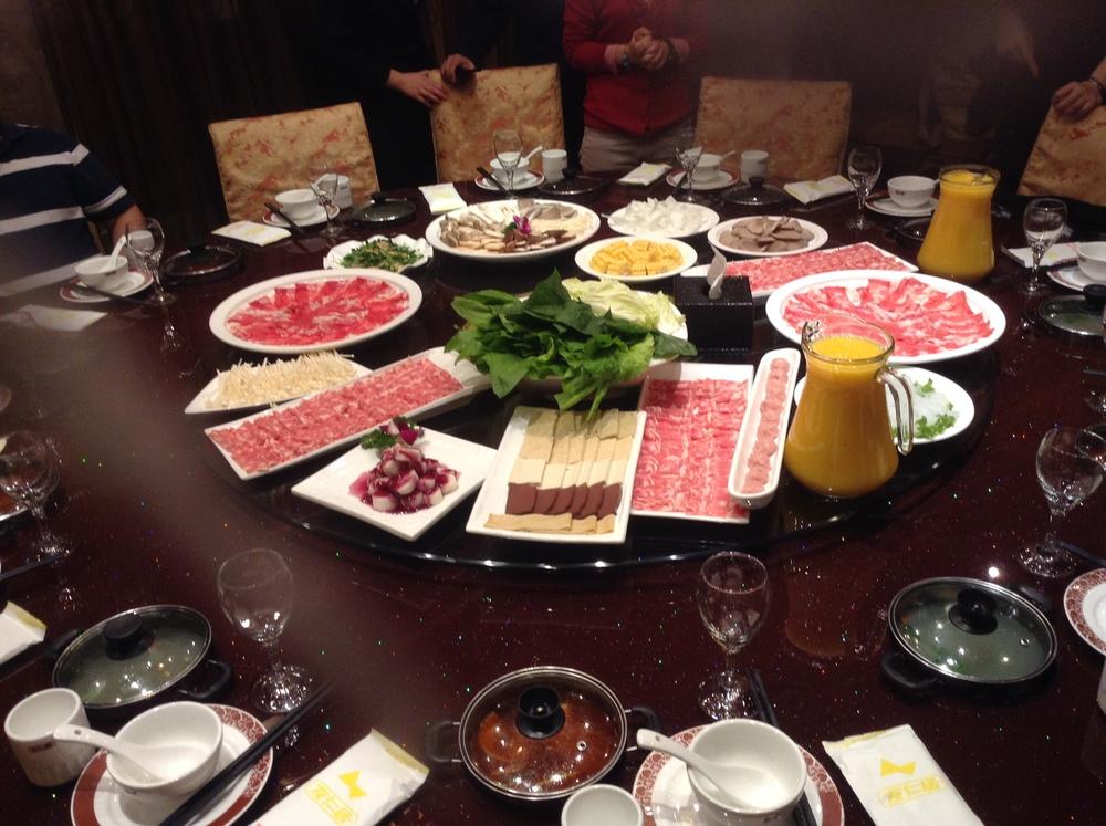 Hot Pot: cada comensal sumerge la comida (cruda) en la olla que tiene en frente. De lo mejor de Beijing