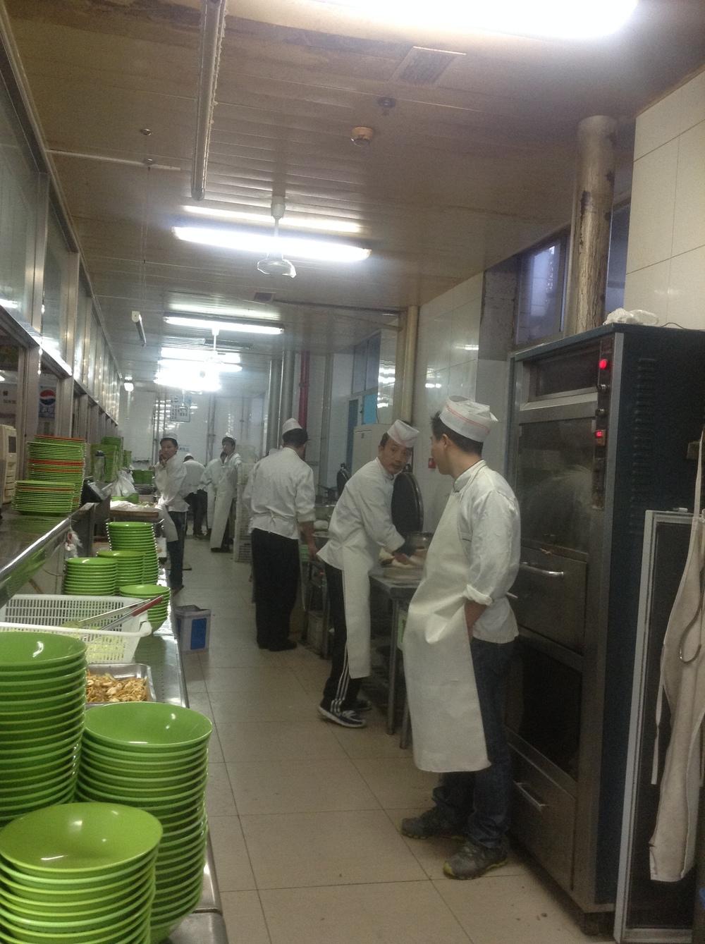Los cocineros en la cafetería de mi universidad. Acá una historia sobre ellos : http://www.laurarojasaponte.com/laura-en-china-blog/mi-muchedumbre