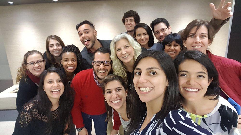 Selfie obligado con Janine . Ahí están los comunicadores latinoamericanos que vinieron conmigo a Estados Unidos y dos chicas gringas geniales. La primera es Cassie, que trabaja en el centro internacional para periodistas (con gafas a la izquierda). La segunda es Janine que es la directora de Sembra Media que menciono en la entrada de blog (la mona en el centro).