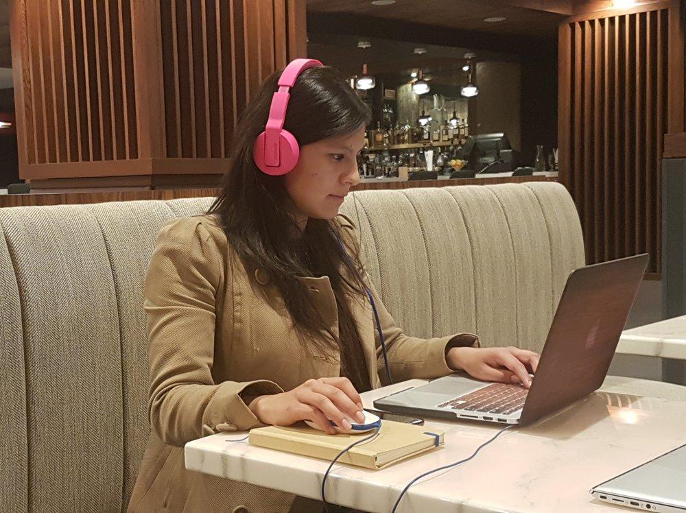 Sara  pretende trabajar concentrada, mientras yo le tomo una foto. Ella también se postuló a la beca desde Colombia, fue a AJ+ en San Francisco e hizo un video genial, (lo pueden  ver acá  cuando terminen de leer).