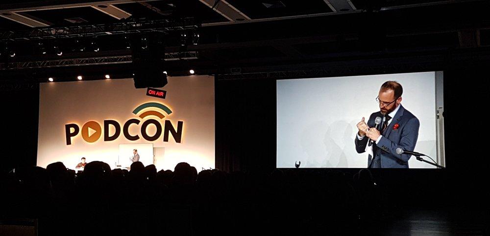Roman Mars (el creador de 99% Invisible) en la ceremonia de cierre de PodCon.