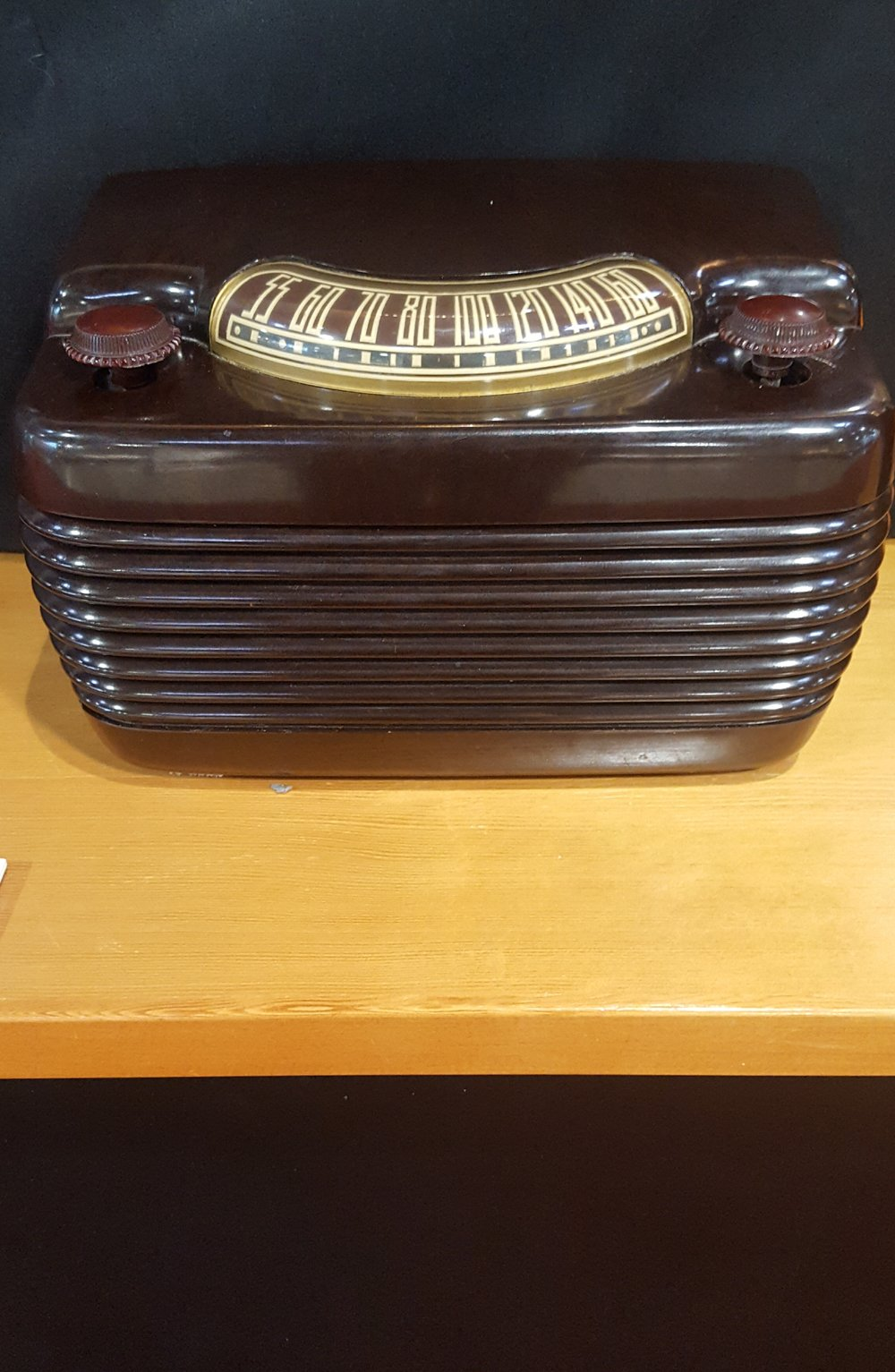 The rounded edges and horizontal lines of this 1940s radio are characteristic of the Streamline Moderne style.