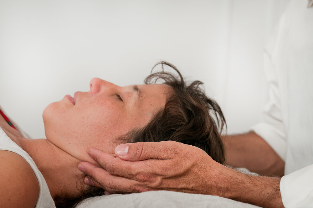 .... In a biodynamic session, the hands of the practitioner help create a spacious environment for a person to rest in. The touch is non-invasive and non-manipulative. .. L'ostéopathie s'engage comme procéssus avec les rhythmes et constantes du développement dans la nature. ....