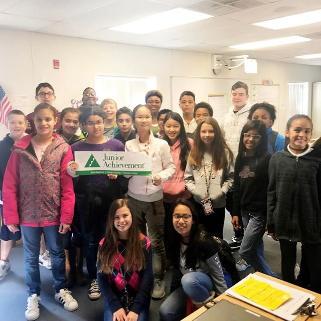 Just finished completing my first Junior Achievement of Central Florida @juniorachievementusa program of the year! I had such an amazing time teaching the students of Southwest Middle School about owning their #economic success for the past two months! They taught me a few things too! ---------- #volunteer #corporateresponsibility #socialresponsibility #orlando #givingback #juniorachievement #volunteering