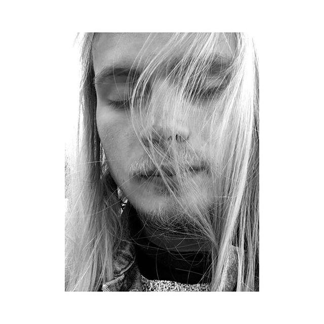 Vinden smeker kinden och drar för en skir gardin av kittlande hår. Det är till och med lite sol. 🌞