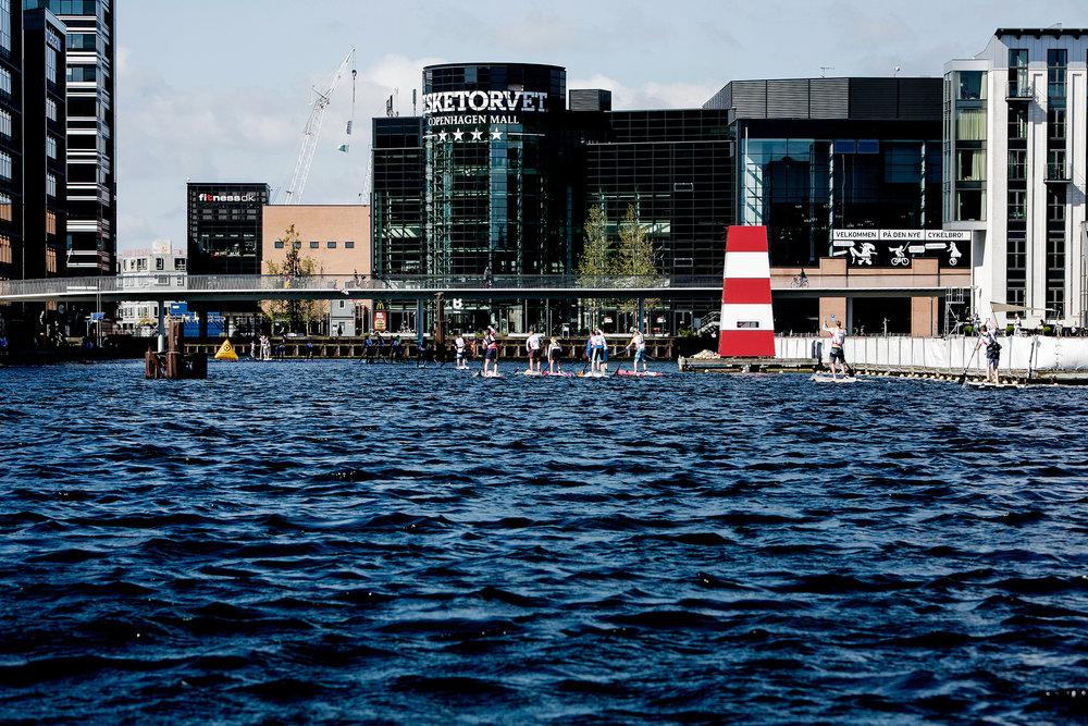 Copenhagen SUP Crossing er det muligt at SUP'e rundt på VM-banen foran Operaen og Amalienborg på forskellige distancer - noget der ikke er muligt til hverdag af sikkerhedsmæssige årsager.