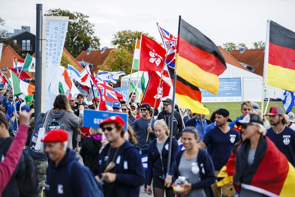 De 286 deltagere fra 42 lande stod skulder ved skulder.