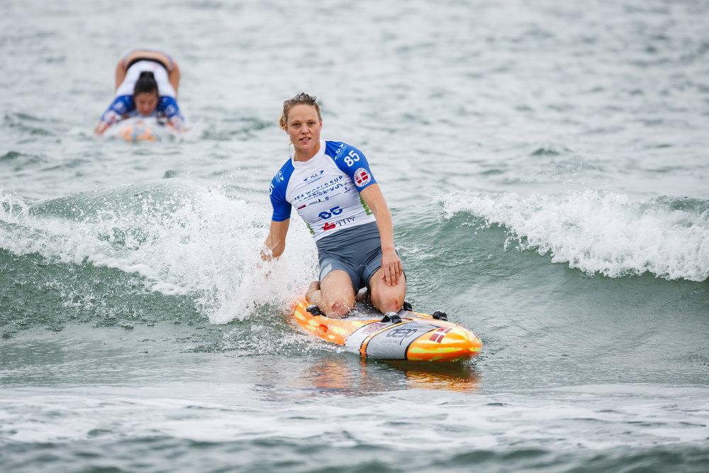 Bronze-vinder i Paddleboard Distance Race fra København, Katrine Zinck, kom uden de store problemer videre til kvindernes finale i Paddleboard Technical Race. Foto: Ben Reed / ISA.