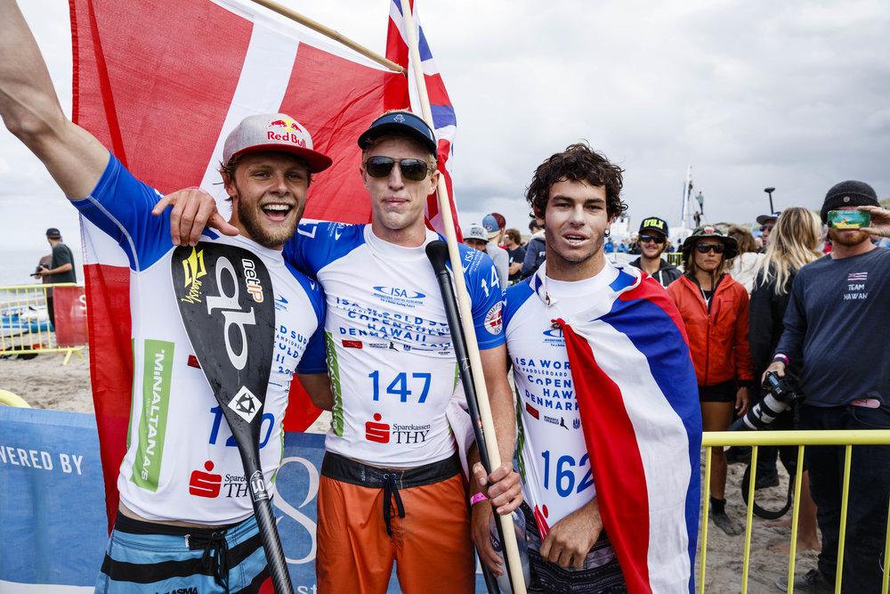 Fra højre: Casper Steinfath: Bronze, Connor Baxter (Hawaii): Sølv og Mo Freitas (Hawaii): Guld. Foto: ISA / Ben Reed.