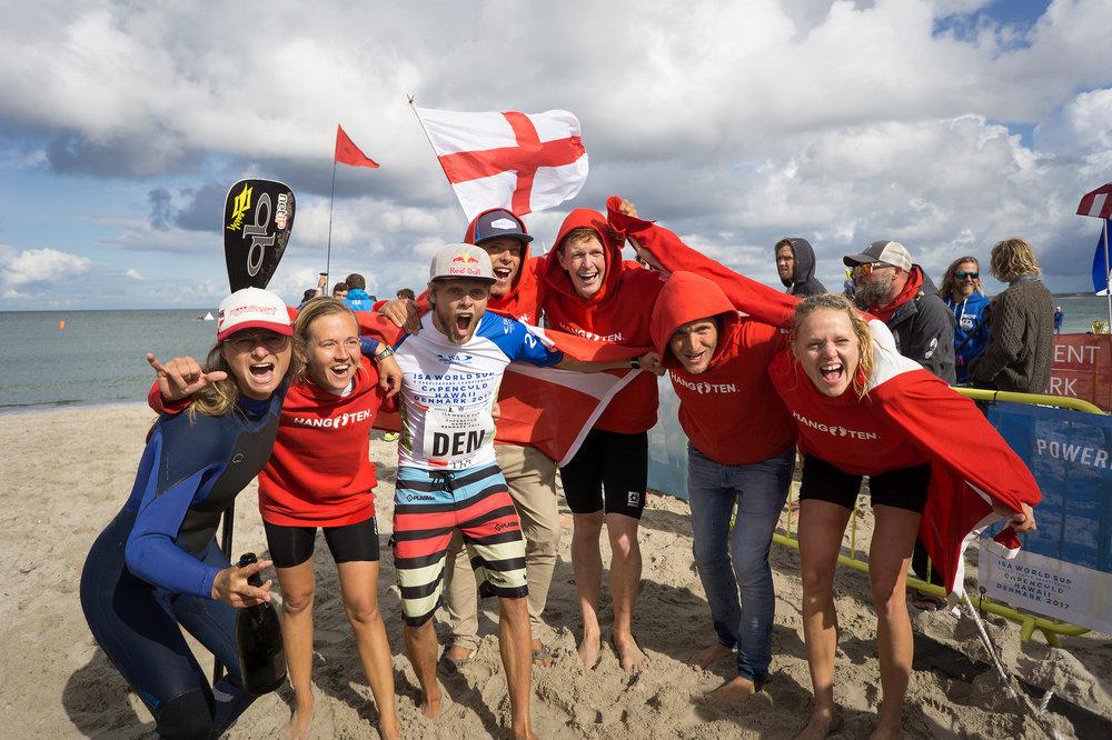 Stafetholdet satte med en fjerdeplads i nations-stafetten kronen på værket søndag foran knap 1.000 tilskuere på stranden i Vorupør. Foto:  ISA /Sean Evans