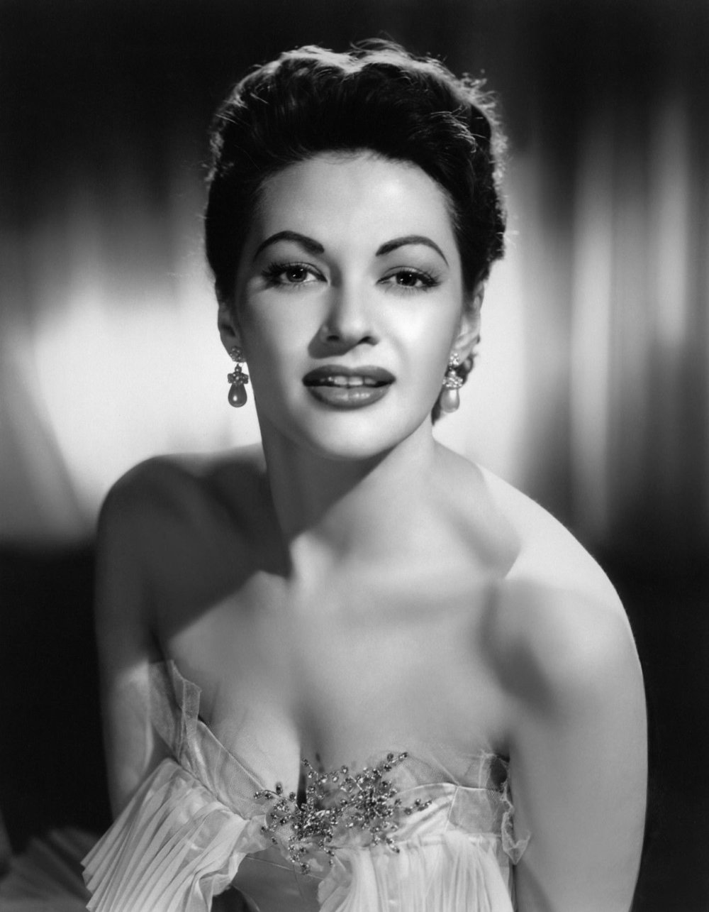 Yvonne_De_Carlo_publicity_photo c. 1955.jpg