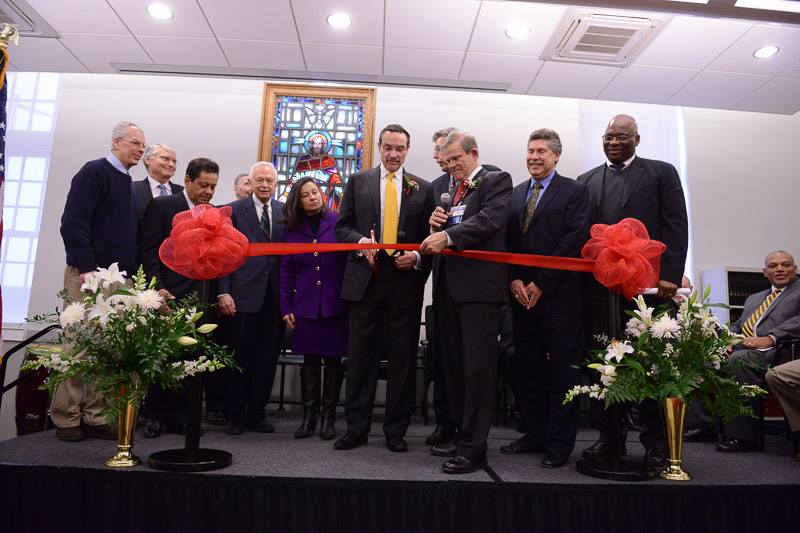 DC Mayor Vincent Gray (center) cuts the ribbon at the Central Union Mission's new location.