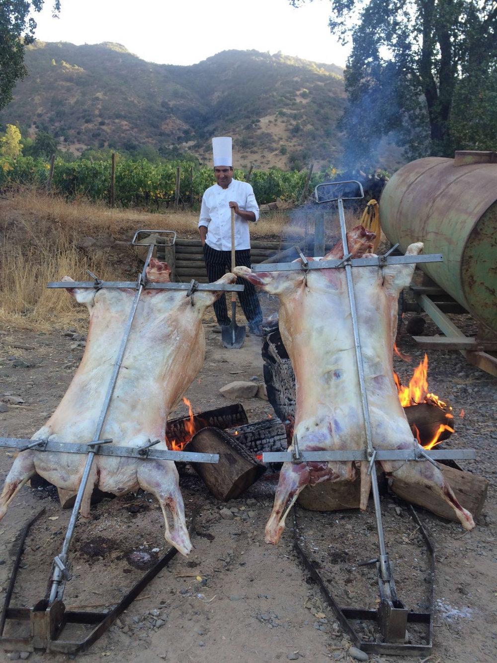 Lammetjes bungelend boven het vuur.