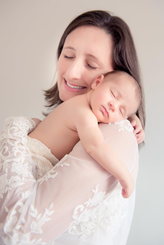 DUO bébé & famille  - • Séance de Maternité en studio, chez le client ou à l'extérieur •• Maman seul ou avec famille avec 2 vêtements et 1 voilage •• 1 heure de séance de maternité •• 10 photos numériques retouchées de maternité •• Séance de Nouveau-né en studio •• 2-3 heures de séance avec 3 décors/accesoires (bébé et famille)•• 15 photos numériques retouchées de nouveau-né •• 25 photos imprimées 4x5 •700$Photos supplementaires sur demande