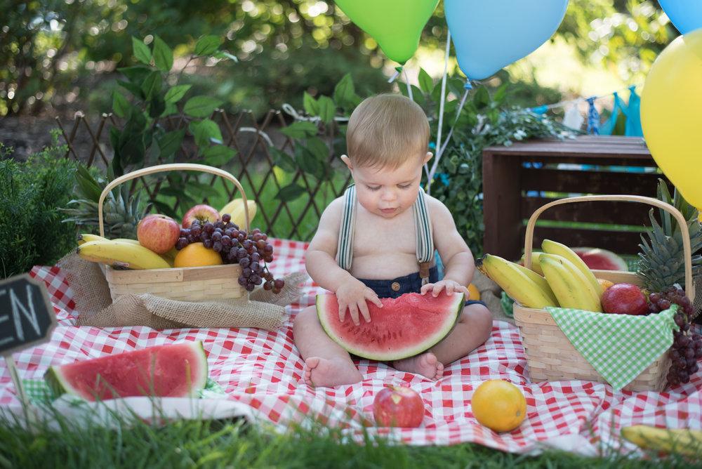 Pic-nic - C'est parfait pour les mamans qui préferent les fruits.• Aux enfants entre 11 et 13 mois•• 1 changement de vêtement (photos avant/après les dégâts) •• 30 minutes de séance EN STUDIO•• 5 photos numériques retouchées •• Les fruits font partie du décor (sont inclus)•• Decor basic toujours comme la photo d'exemple (fruits, paniers, ballons) •Forfait numérique seulement, il n'y a pas de produits imprimées dans ce forfait400$Photos supplémentaires sur demandeIl est possible de prendre la séance à l'exterieur du studio dans les mois d'été et printemps.