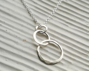 interconnected circles necklace