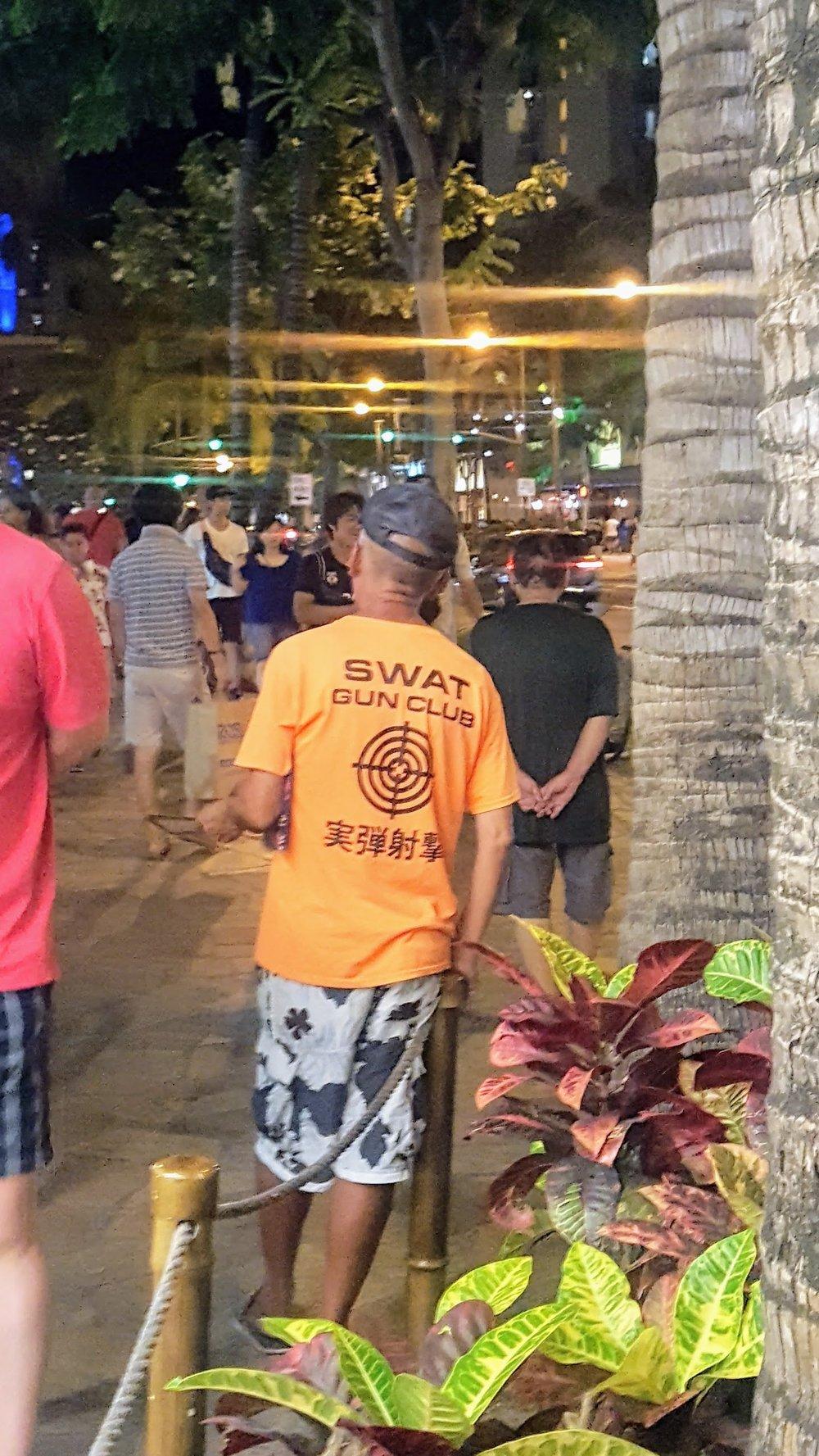 Panowie w takich koszulkach regularnie kręcą się w centrum Waikiki, gdzie przebywa najwięcej turystów. Większość osób, które decydują się na wizytę na strzelnicy, to Japończycy.